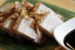 Porc croustillant chinois en gros plan avec l'écrimage noir doux de recette de sauce avec la portion frite d'ail sur la feuille d Photos libres de droits