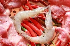 Porc cru sur la coupe. crevette et légumes Photo libre de droits