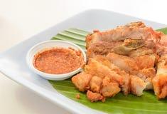 Porc cuit à la friteuse avec de la sauce chili Photographie stock libre de droits