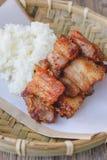 Porc cuit à la friteuse avec du riz collant sur le panier en bois, nourriture thaïlandaise, thaïlandaise Photographie stock libre de droits
