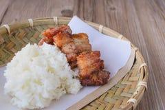 Porc cuit à la friteuse avec du riz collant sur le panier en bois, nourriture thaïlandaise, thaïlandaise Photographie stock