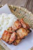 Porc cuit à la friteuse avec du riz collant sur le panier en bois, nourriture thaïlandaise, thaïlandaise Images stock