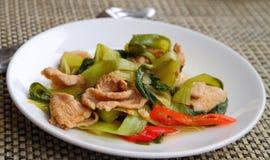 Porc cuit avec le paprika et le chou de chine Photo stock