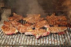 Porc cuit grillé sur un incendie photo libre de droits