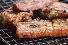 Porc délicieux de nourriture grillant sur le charbon de bois chaud Photos stock
