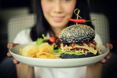Porc d'hamburger fait à partir du charc en bambou de mélange de yacht de brise de pain Photographie stock libre de droits