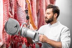 Porc de coupe de boucher à la fabrication Photo stock