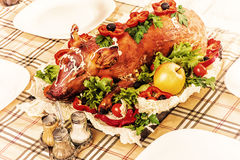 Porc de nourrisson de rôti sur la table de banquet Photo stock