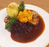 Porc de Schweinebraten, Knödel y Rotkraut, comida alemana Imagenes de archivo