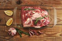 Porc de viande frais Viande crue dans un bol en verre Photos stock
