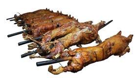 Porc entier et agneau étant rôtis - d'isolement Image stock