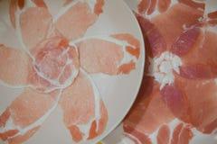 Porc et boeuf coupés en tranches sur le plateau prêt à grillé Images libres de droits