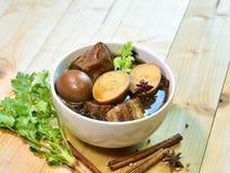 Porc et oeuf cuits dans la cuvette sur le bois, foyer sélectif Photographie stock libre de droits