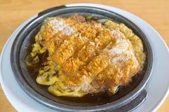 Porc frit croustillant japonais sur la casserole noire chaude Images libres de droits