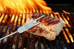 Porc grillé Striploin, fourchette et flammes de BBQ Photographie stock
