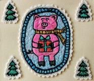 Porc mignon sur le fond des arbres de Noël photographie stock