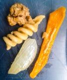 Porc, pâtes, oignons, vue supérieure de poivrons photo libre de droits