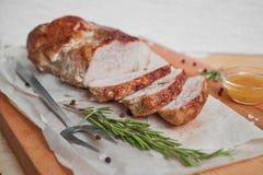 Porc rôti avec de la sauce et le romarin photo libre de droits