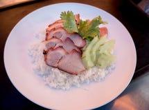 Porc rouge grillé tout entier en sauce avec du riz Images libres de droits