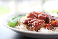 Porc rouge rôti par riz image stock