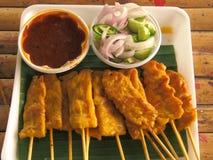 Porc Satay avec de la sauce et le légume Photographie stock libre de droits