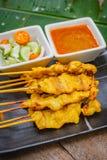 Porc satay, porc grillé servi avec de la sauce aigre douce images libres de droits