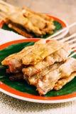 Porc Satay sur le fond en bois Photos stock