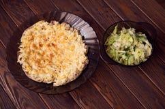 Porc sous le fromage avec la salade 'Iceberg' Photo stock
