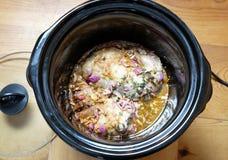 Porc tiré faisant cuire dans le crockpot ou le cuiseur lent Photos stock