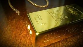 Porca jovem e ouro fotografia de stock