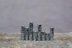 Porcas arranjadas por torres de alturas diferentes Imagens de Stock