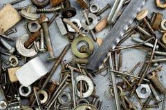 Porcas, arruelas, parafusos, parafusos de vários tamanhos e formas sobre o fundo liso Um grupo para o mecânico Fotografia de Stock Royalty Free