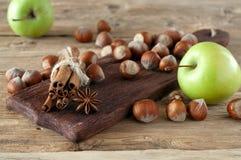Porcas com as varas da maçã e de canela Imagem de Stock Royalty Free