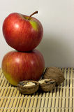 Porcas com maçãs vermelhas Imagens de Stock
