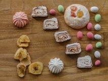 Porcas e cookie e loukoum e textura coloridos da madeira da merengue Foto de Stock