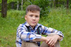 Porcas nas mãos de um menino nas madeiras menino, natureza, jardim, criança, jovem, verde, fora, verão, planta, jardinando, flor, Fotografia de Stock