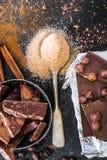 Porcas no chocolate e nas especiarias em uma tabela Fotos de Stock