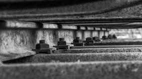 Porcas Railway preto e branco em uma estrada de ferro oxidada Imagem de Stock
