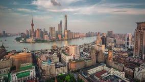 Porcelaine aérienne supérieure de laps de temps du panorama 4k de toit de baie de Changhaï de coucher du soleil banque de vidéos