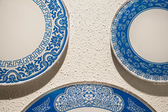 Porcelaine blanche et bleue de porcelaine sur le mur Photo stock