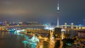 Porcelaine célèbre de laps de temps du panorama 4k de dessus de toit d'illumination de nuit de baie de tour de Macao banque de vidéos