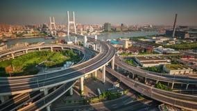 Porcelaine de laps de temps de la vue 4k de pont de jonction de route de dessus de toit de ville de Changhaï de coucher du soleil banque de vidéos