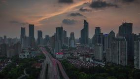 Porcelaine de laps de temps du laps de temps du panorama 4k de dessus de toit de route de coucher du soleil de Changhaï 4k banque de vidéos