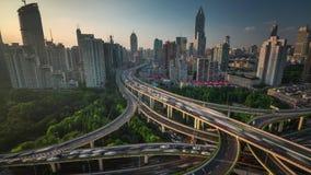 Porcelaine de laps de temps du panorama 4k de dessus de toit de Changhaï de jonction de route du trafic de coucher du soleil banque de vidéos