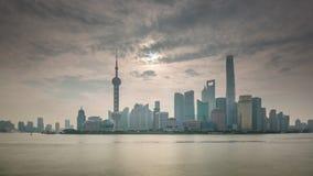 Porcelaine de laps de temps du panorama 4k de paysage urbain du trafic de baie de rivière de coucher du soleil de Changhaï banque de vidéos
