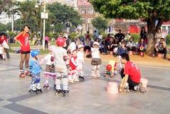 Porcelaine de Shenzhen : les enfants apprennent le patinage Images stock