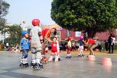 Porcelaine de Shenzhen : les enfants apprennent le patinage Photo libre de droits