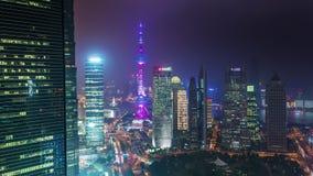 Porcelaine du centre de laps de temps du panorama 4k de rues du trafic de dessus de toit de Changhaï de nuit banque de vidéos