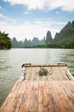 Porcelaine transportante par radeau en bambou de rivière de Li Photographie stock libre de droits