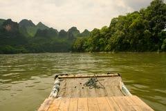Porcelaine transportante par radeau en bambou de rivière de Li Image libre de droits